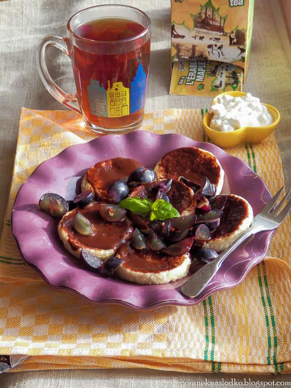 Serniczki w czekoladzie z czarna herbata klonowa
